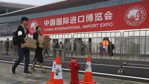 2018年11月在上海举行的中国国际进口博览会。中国最新公布的经济数据显示经济增长放缓。(美联社)