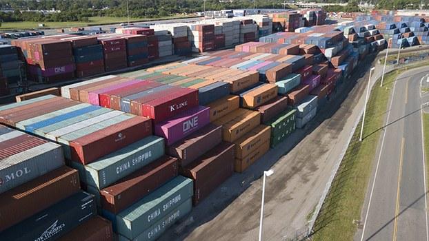 中国海运集团堆放着美国弗吉尼亚州一个港口的集装箱。中国政府称,2019年7月中国对美出口同比下降6.9%。(美联社)