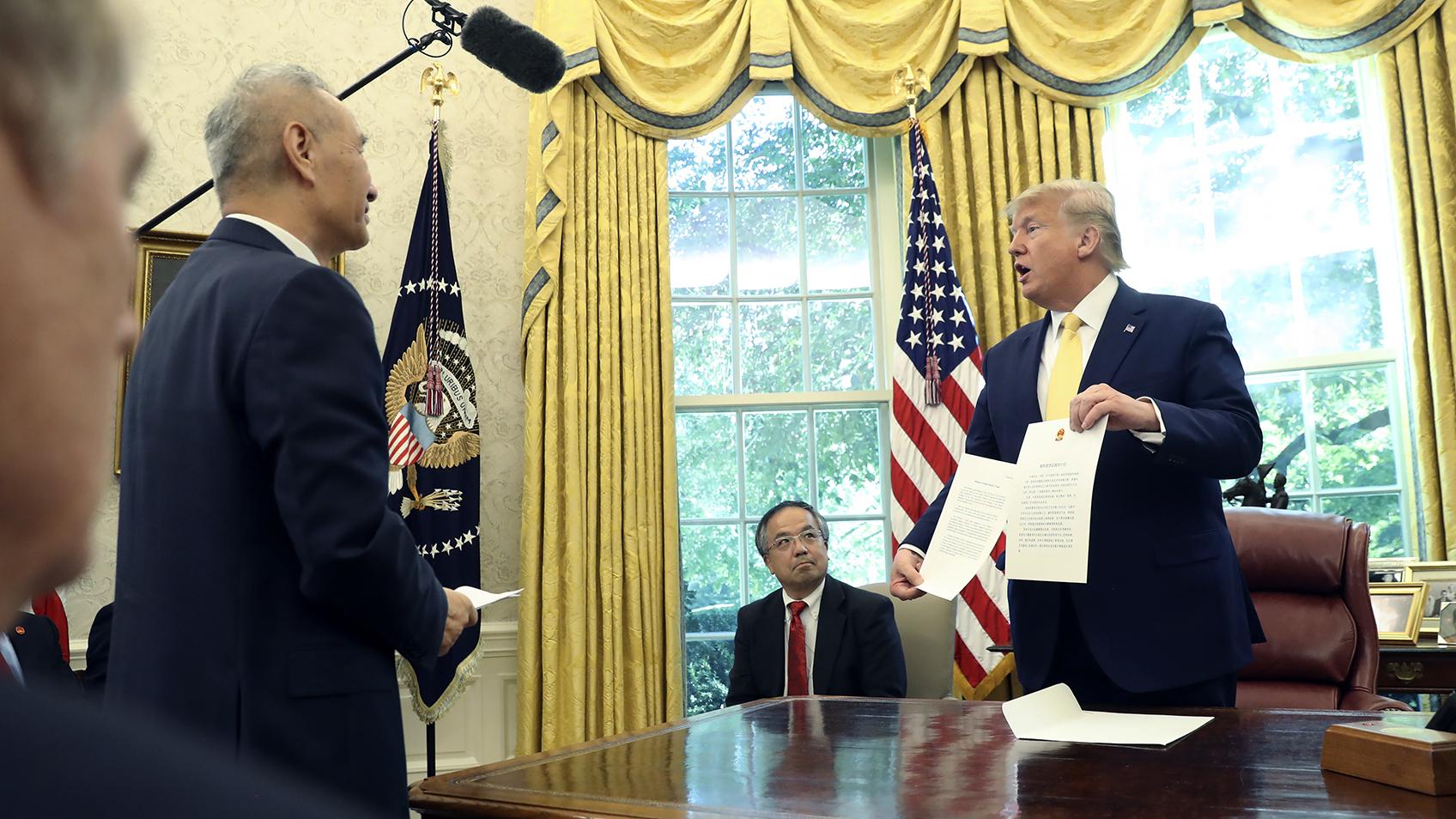 美国总统特朗普(右)2019年10月11日会见中国副总理刘鹤(左)。(美联社)