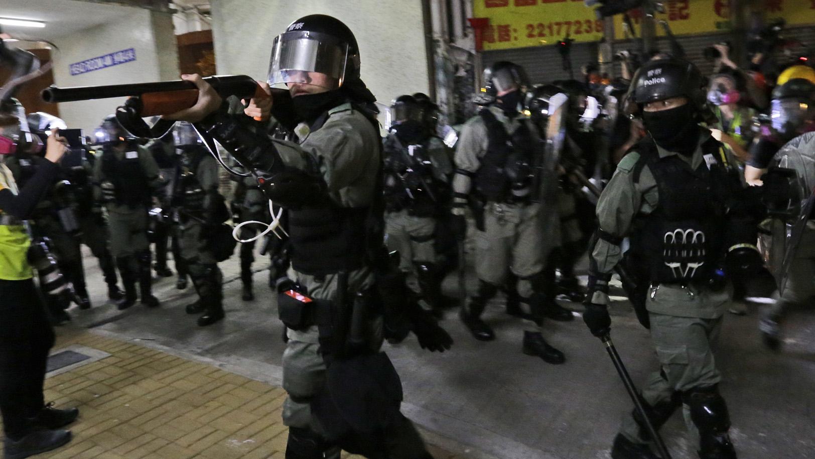 2019年11月8日,香港警察用枪瞄准一些香港的抗议者。(美联社)