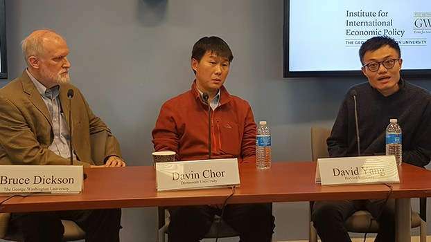 美国哈佛大学经济系助理教授杨大卫(David Yang)(右)致力研究是什么让人们持续不断地参加政治运动。(记者家傲摄)