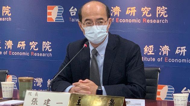 台经院院长张建一说明全球供应与需求关系。(记者 黄春梅摄)