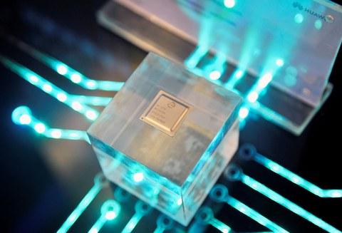 2019年3月21日,华为旗下的海思半导体芯片在福建省福州举行的华为中国经济伙伴大会上展出。(路透社)