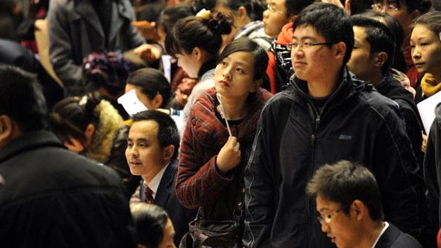 资料图片:中国大学生在合肥举办的就业博览会中求职(AFP)