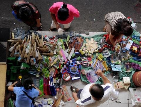 """一场贸易战加上瘟疫,中国重启三十年前的""""地摊经济""""。商户舍弃商场而摆地摊,显示居民消费能力正大幅下降。(法新社图片)"""