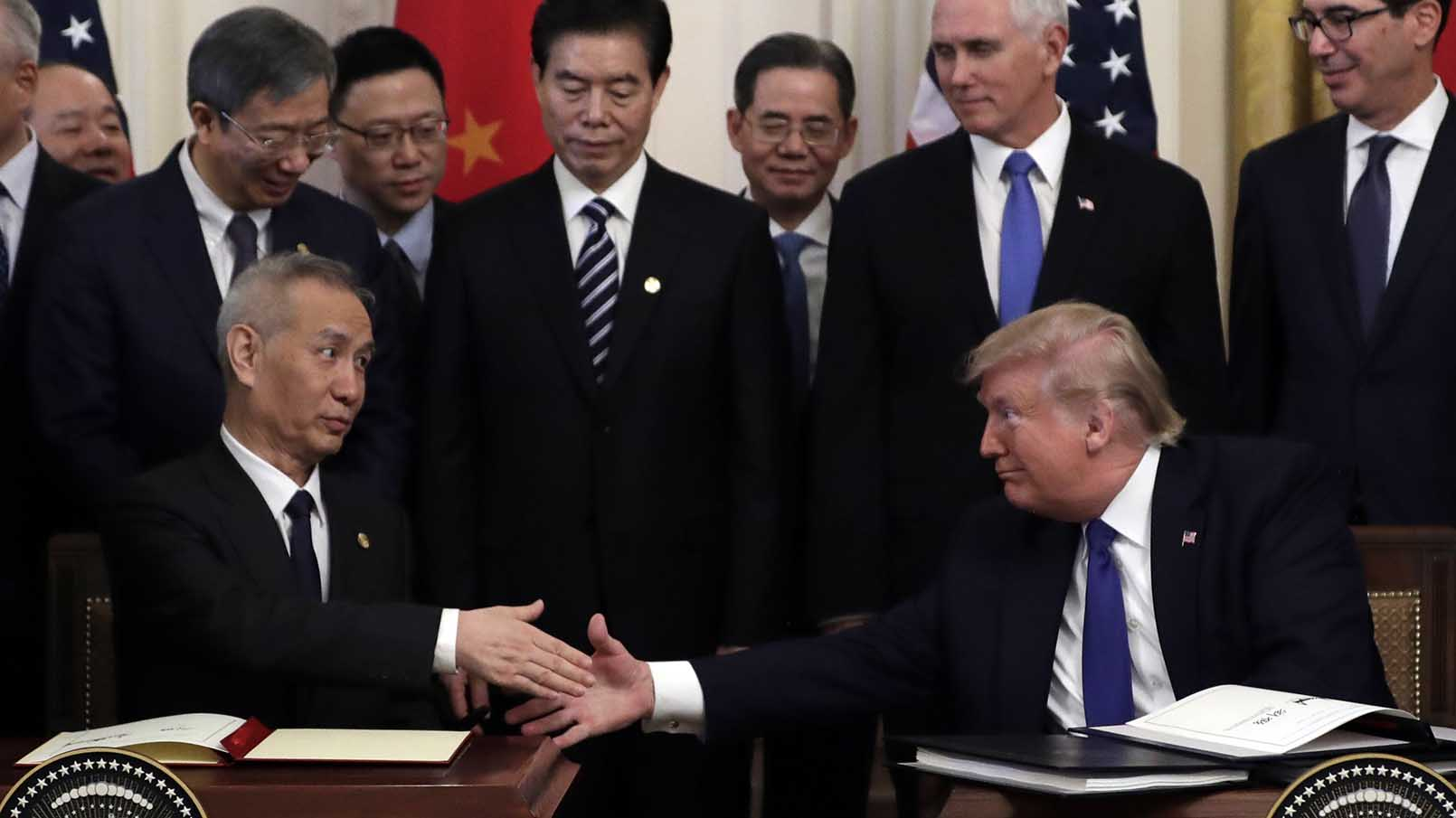 在美中两国历经18个月的贸易争斗后,美国总统特朗普和中国副总理刘鹤2020年1月15日中午,在美国白宫签署了第一阶段的贸易协议。(美联社)