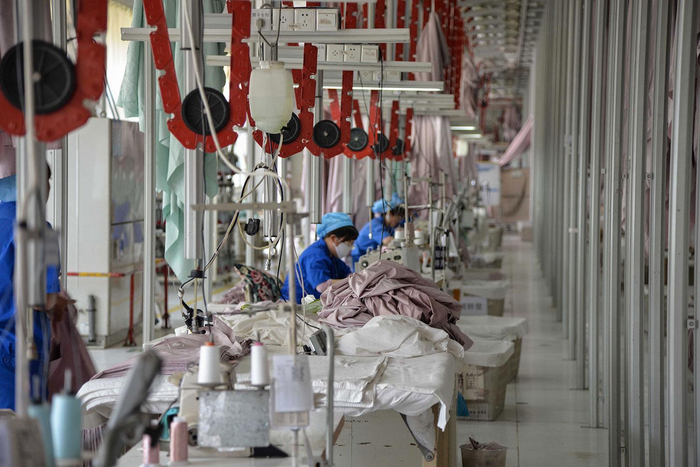 国际金融服务机构瑞信预期贸易战的不确定性,会继续拖累中国制造业。图为山东省滨州市一家工厂。(资料图/法新社)