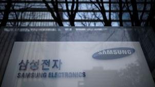 韩国三星电子8月1日正式宣布,将关闭在中国的苏州三星电子电脑有限公司,并公布了补偿方案。图为,韩国首尔三星电子办公楼的企业标识。(路透社图片)