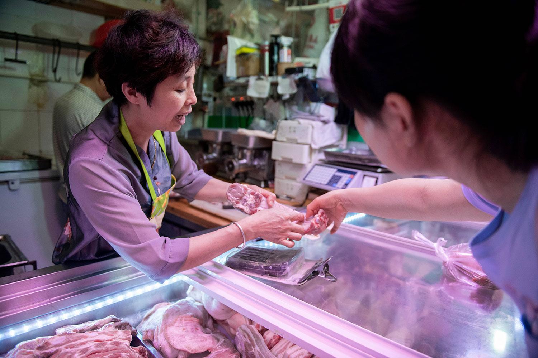 中国统计局消息称,今年8月中上旬猪肉价格同比上涨逾百分之十六,而同比上涨达五成。单是8月中旬,猪肉价在十日内急升16%。(资料图/法新社)