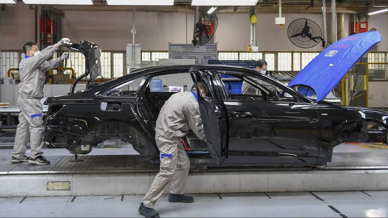 疫情严重影响中国汽车行业。据乘联会初步统计,2月份全国乘用车市场零售同比下滑80%。(美联社)