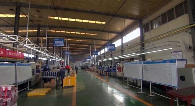 新冠病毒疫情重创中国产业链,不少民营企业在努力挣扎。(路透社)