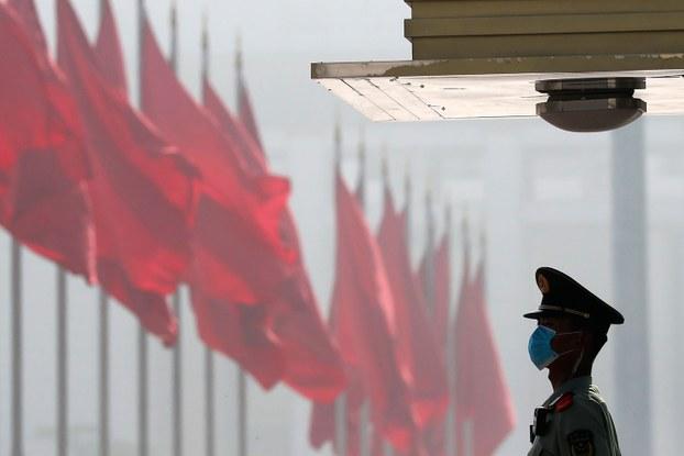 中国2020年军费预算同比增加6.6%,比上一年7.5%低一个百分比。图为,2020年5月22日,中国人大会开幕式前,一名警察在天安门广场附近守卫。(美联社)