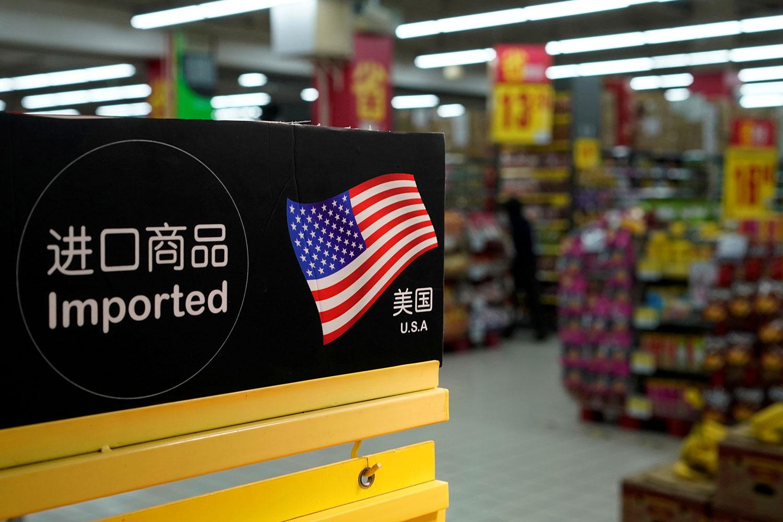 资料图片:2018年4月3日,中国上海一家超里来自美国进口商品。(路透社)