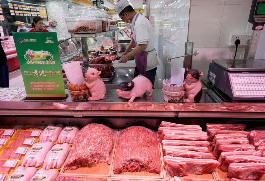 2019年4月11日,北京一超市内销售的猪肉。(视频截图/路透社)