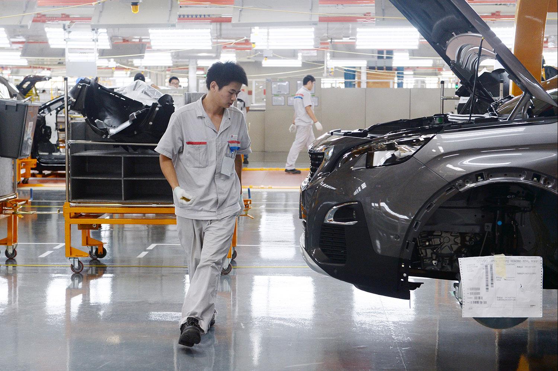 神龙汽车现有8000名员工,年底将会裁减至5500人。2022年总员工人数降至4000人。图为工人汽车生产线上。(法新社)