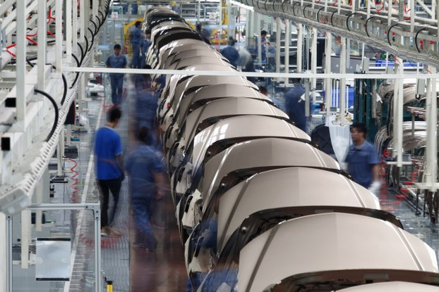 2012年6月21日,员工在浙江吉利汽车公司装配线上工作。(路透社)