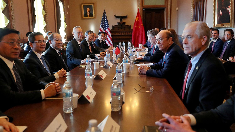 纳瓦罗强调2019年5月第11次谈判中,双方其实已经达成一个长达150多页的协议,段落和标点符号都谈好了,但是北京最后并未同意签署。不过,中国方面否认类似指控。图右一为美国白宫贸易顾问彼得·纳瓦罗。(资料图/路透社)