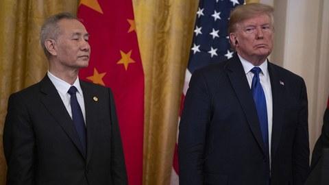 中方签约代表、国务院副总理刘鹤(左)和美国总统特朗普在2020年1月15日的签字仪式上。(美联社)
