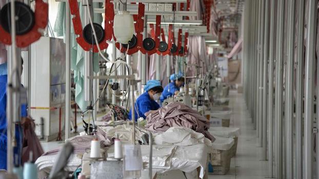 新冠病毒疫情对中国经济产生了不小的冲击。疫情导致的消费减少、返工延时、交通阻断等问题,给中国的中小企业和农民带来了严峻的危机。(资料图/法新社)