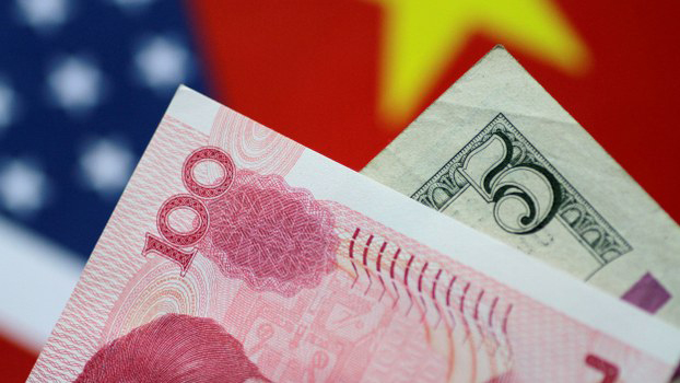 美中两国国旗及货币(路透社)