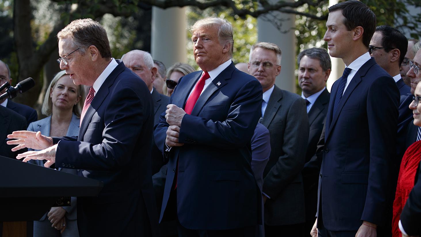 美国总统特朗普(前排中)在一个活动上听美国贸易代表罗伯特·E·莱特希泽(Robert E. Lighthizer,前排左一)发言。(美联社)
