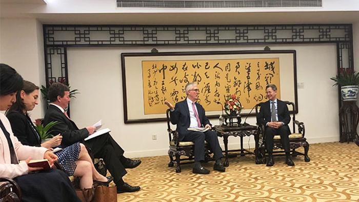 """2019年6月10日,美国商人组织""""中国美国商会""""负责人(左)会见中国政府官员。(中国美国商会)"""