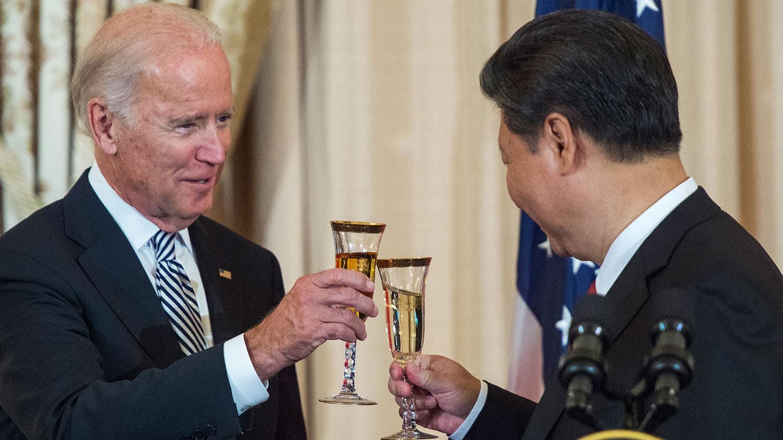 2015年9月25日,时任美国副总统乔•拜登(Joe Biden)、中共总书记习近平在华盛顿特区举办的国家午餐会上敬酒。(法新社)