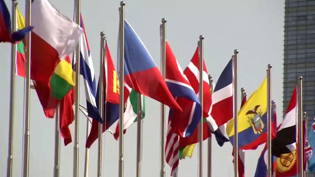 第九届北京香山论坛会场外的旗帜飘扬。(视频截图/路透社)