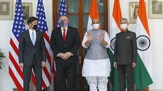 2020年10月27日,美国与印度两国的国防和外交主管官员在新德里合影(美联社)