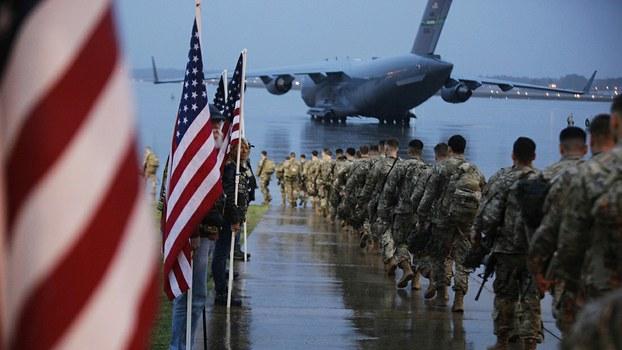 2020年1月4日,美国陆军的一支伞兵部队准备登机。(美联社)
