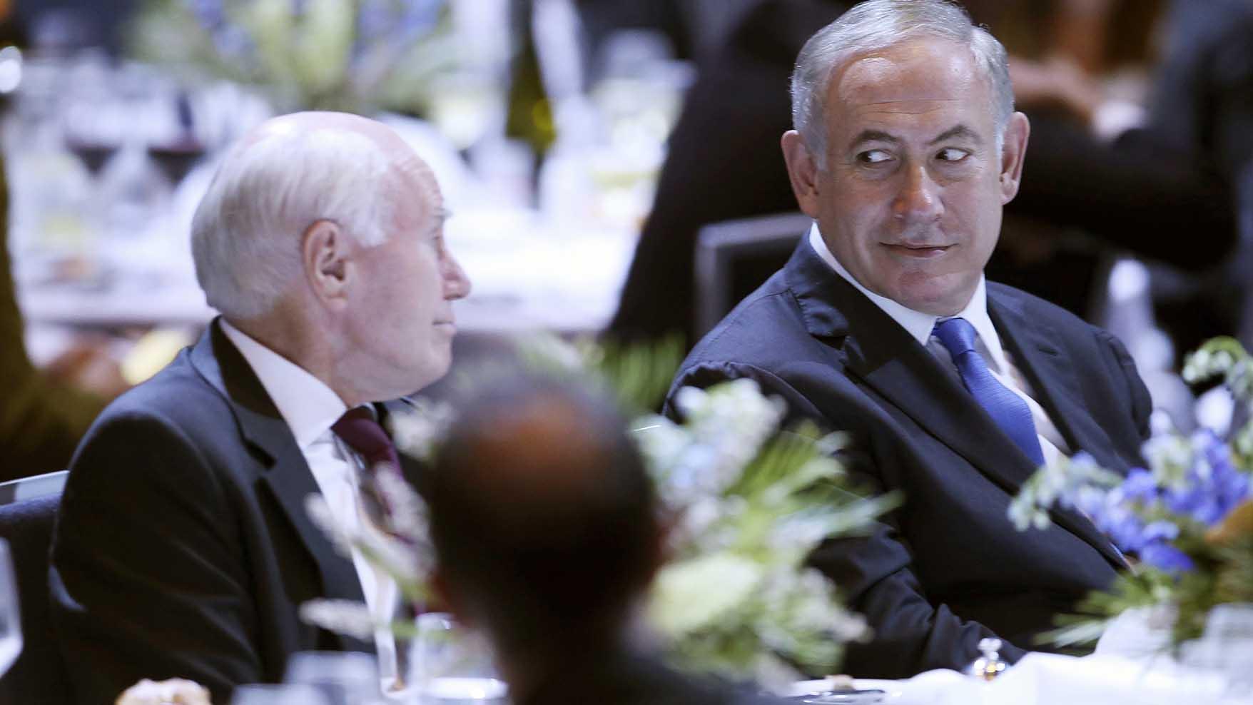 澳大利亚前总理、保守党人约翰•霍华德(John Howard,左)会见以色列总理内塔尼亚胡。(美联社/资料照片)