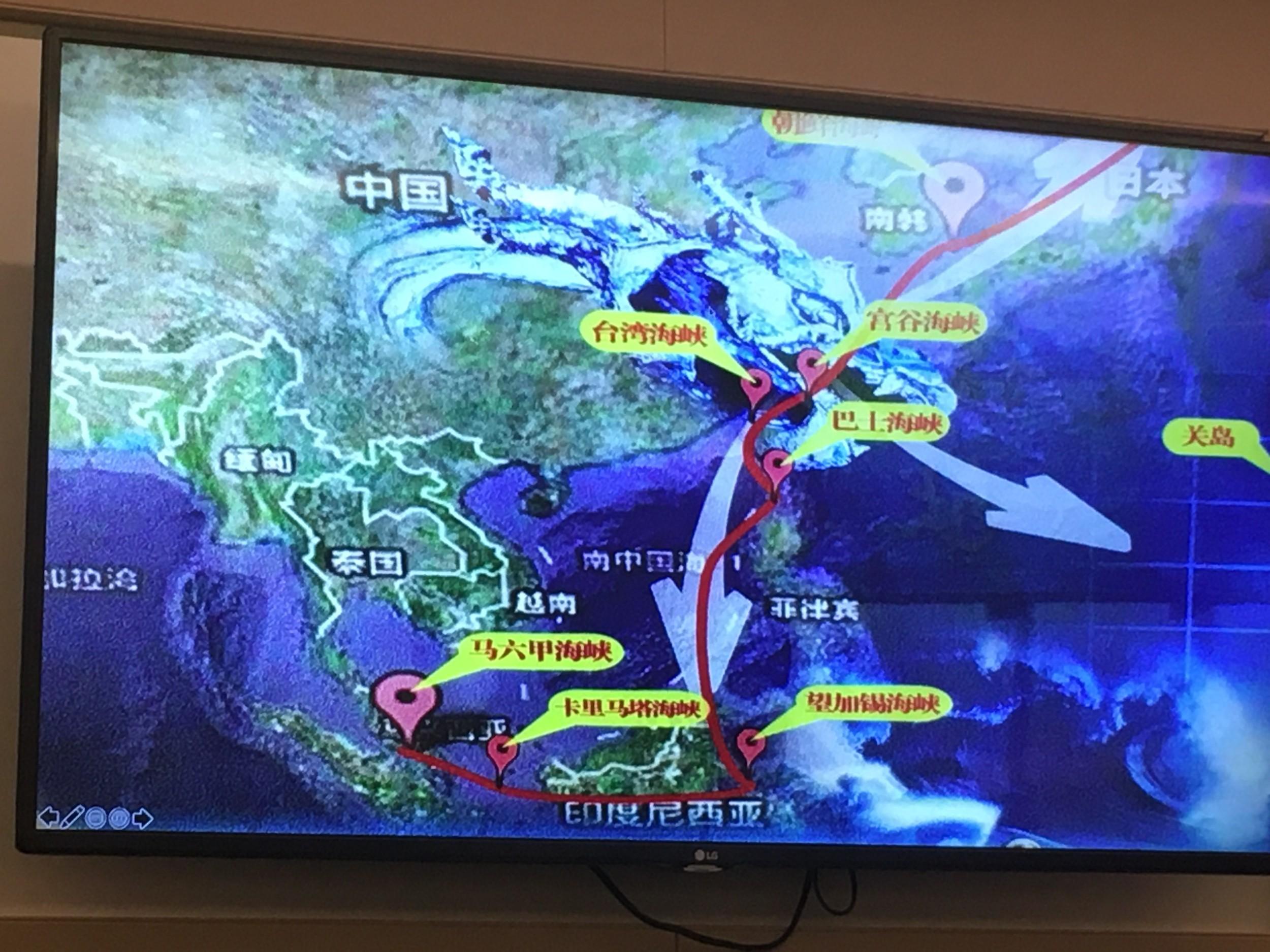 前美国太平洋舰队情报和信息行动主管詹姆斯·法奈尔(James E. Fanell)展示2012年中国护卫舰上的一张地图。(薛小山拍摄)
