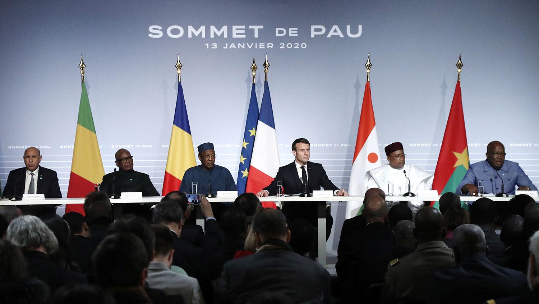 2020年1月13日,法国总统马克龙(右三)与西非萨赫勒地区的5个国家,毛里塔尼亚、马里、布基纳法索、尼日尔和乍得的领导人在法国西南部的坡市举行高峰会议。(路透社)