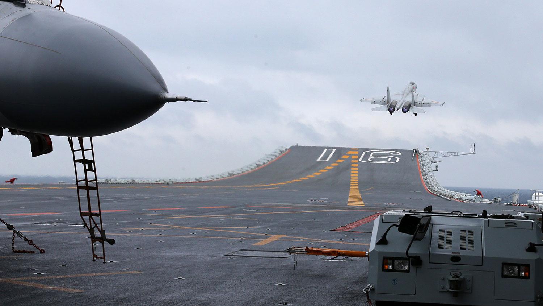 资料图片:2017年1月2日,中国航母编队以及歼-15舰载战斗机在南中国海海域进行起降和编队多科目训练。(法新社)