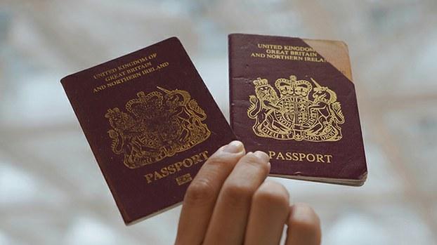 图为英国国民海外护照封面。中国威胁将考虑不承认英国国民海外护照为有效旅行证件。(美联社)