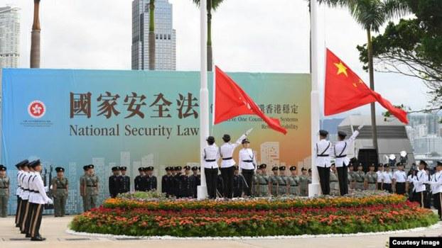 由于香港实施国安法,荷兰与爱尔兰决定中止与香港的引渡协议。图为香港特区进行的升旗仪式。(资料照/香港特区政府网)