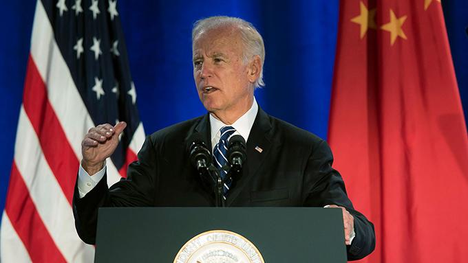 资料图片:2015年9月16日,美国副总统拜登在洛杉矶召开的美中气候领导人峰会上讲话 (美联社)