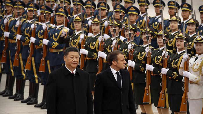 2019年11月5日,法国总统马克龙与中国领导人习近平在北京检阅仪仗队。(美联社)