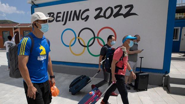 树立在河北崇礼的一块2022年北京冬季奥运广告牌(崇礼是2022冬季奥运会的举办地之一)(美联社)