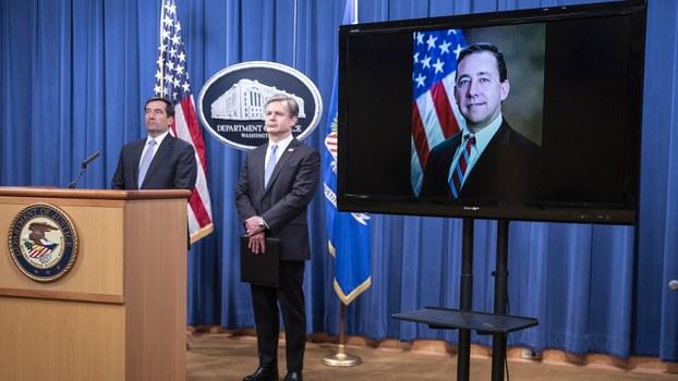 """美国司法部与联邦调查局(FBI)2020年10月28日宣布起诉8人参与中国政府""""猎狐行动""""。美国司法部副部长德默斯(John Demers,左一)和共同出席发布会的联邦调查局长雷(Christopher Wray,左二)。(美联社)"""