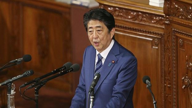 2018年10月24日,即将访华的日本首相安倍晋三在日本议会讲话。日本最近宣布其政府终止对华的开发援助。(美联社)