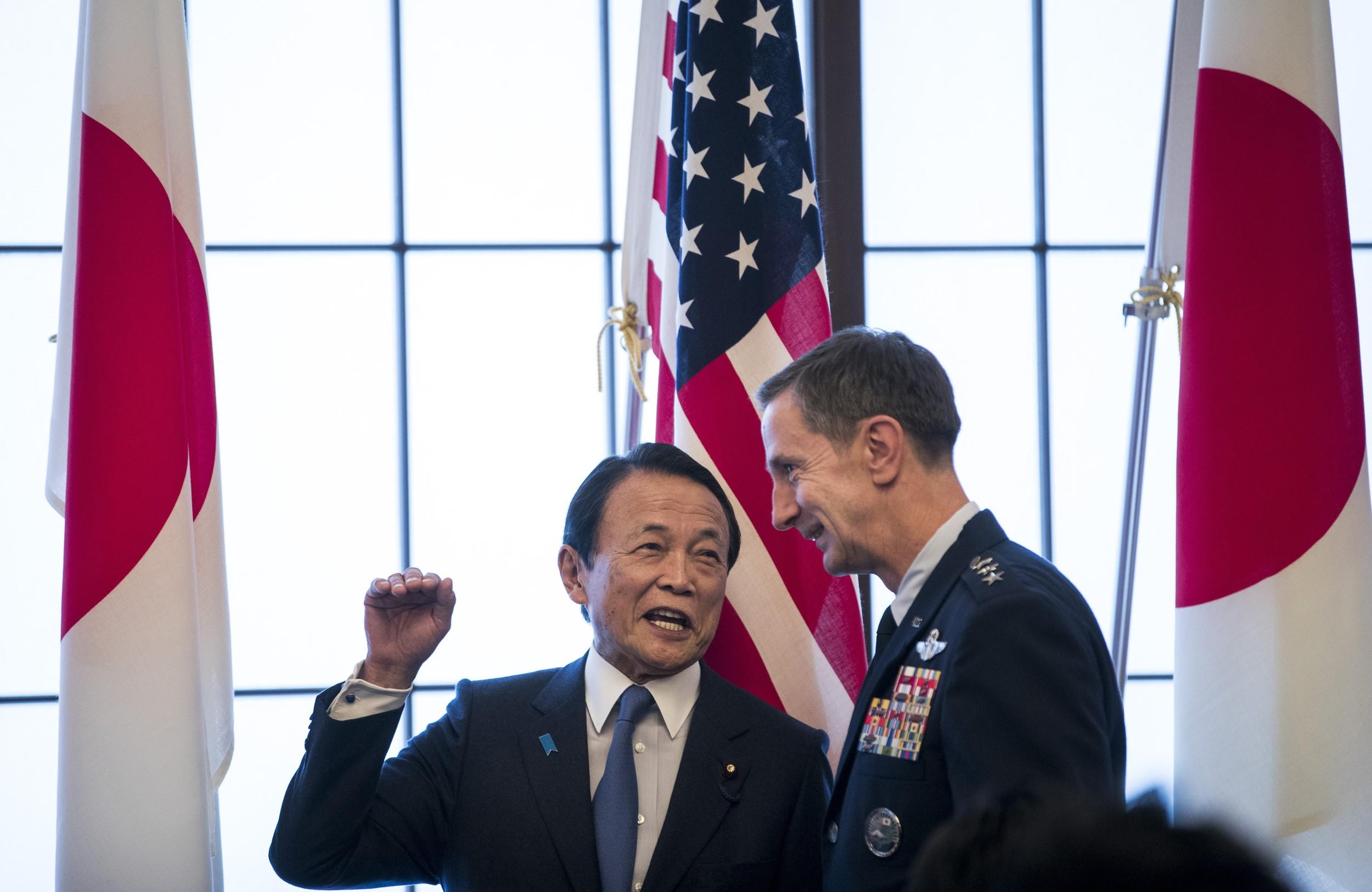 2020年1月19日驻日美军司令施奈德(Kevin Schneider,右)和日本副首相麻生太郎(左)在纪念签订日美安保条约60周年的活动上。(美联社)