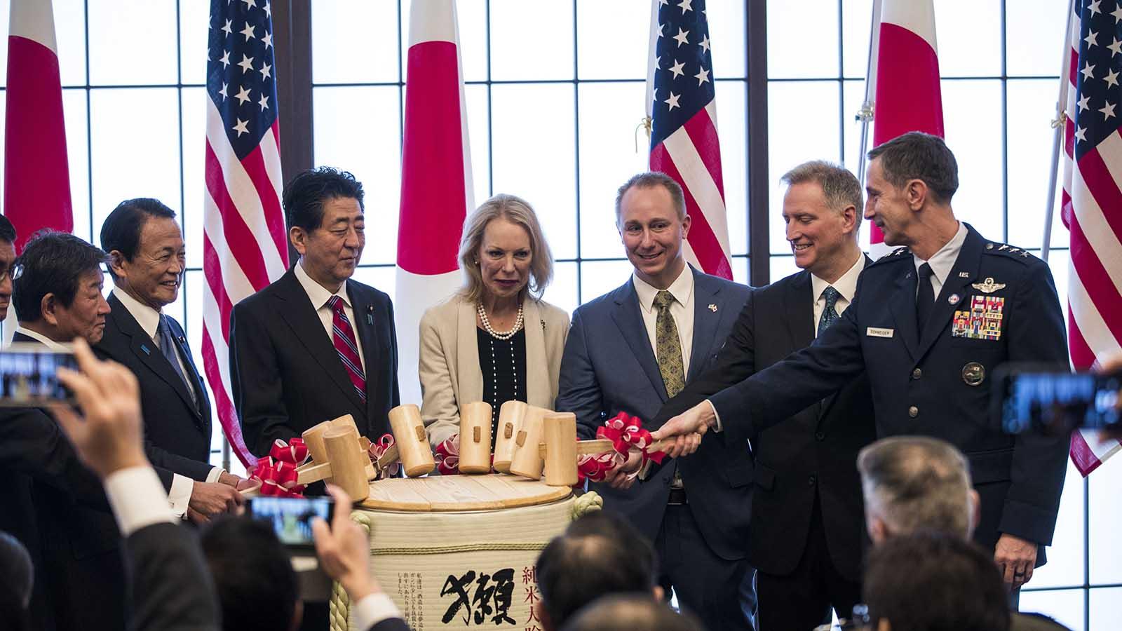 2020年1月19日驻日美军司令施奈德(Kevin Schneider,右)和日本首相安倍晋三(左三)等在纪念签订日美安保条约60周年的活动上。(美联社)
