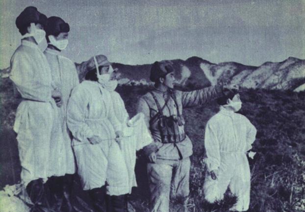 中国1952年发行的第2期《人民画报》刊登照片,称中国防疫部队进入细菌战防疫区。(维基百科)