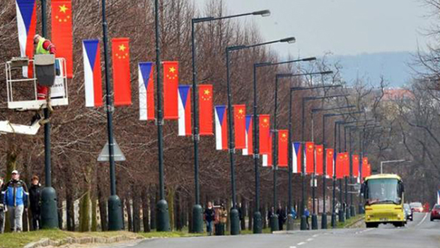 资料图片:2016年3月布拉格街头悬挂的中国捷克两国国旗(Public Domain)