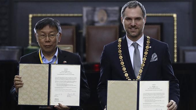 2020年1月13日,台北与布拉格结为姐妹城市。图为正在捷克访问的台北市长柯文哲(左)与布拉格市长贺瑞普。(美联社)