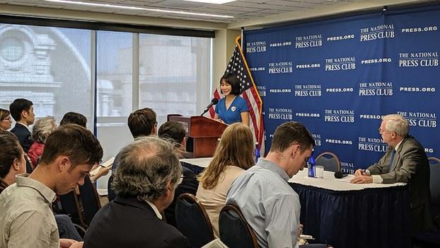 被伊朗监禁的美籍华裔学者王夕越的妻子曲桦8日在华盛顿国家记者俱乐部的记者会上(记者韩洁摄影)