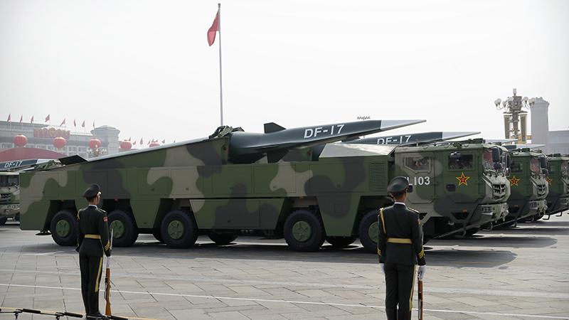 2019年10月1日阅兵式中展出的东风-17弹道导弹(美联社)