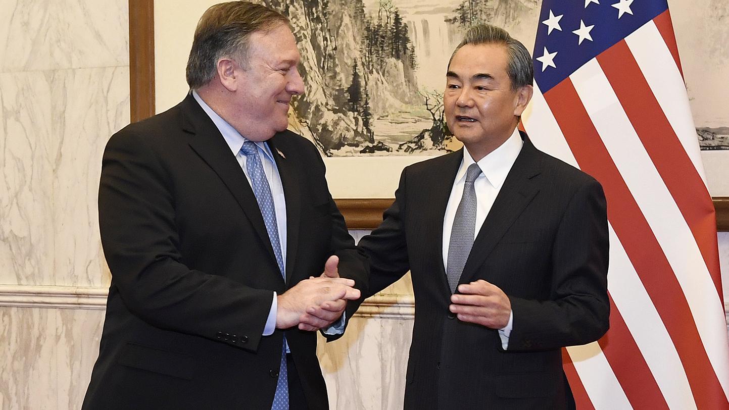 美国国务卿蓬佩奥(左)于2018年10月8日与中国外长王毅在北京会面。(美联社)