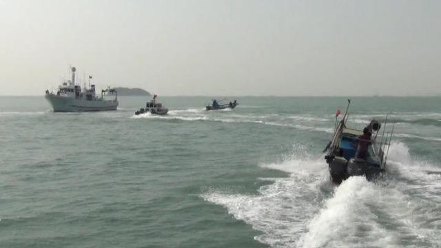 3月16日,台湾海巡在小金门驱离10余艘大陆快艇。这些快艇丢掷石块及空酒瓶进行攻击,冲撞。(海巡署提供)